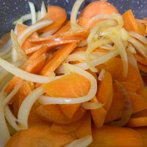 玉ねぎと人参の塩麹炒め