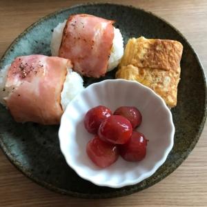 ベーコンおむすびと卵焼き、トマトマリネの朝ごはん