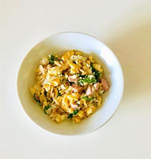 春菊と魚肉ソーセージの卵炒飯