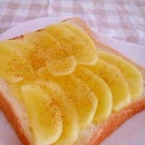 レンジで簡単。煮リンゴのシナモントースト