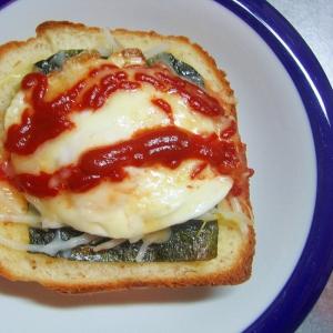 もやしと目玉焼きの海苔チーズトースト
