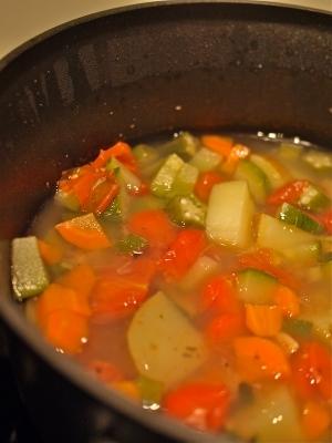 簡単!オクラとトマトとあさりの具沢山野菜スープ
