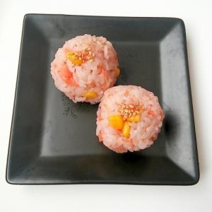 お花見に♪鮭フレークとコーンの三十雑穀米おにぎり