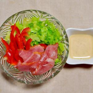 ハムと赤パプリカとリーフレタスのサラダ