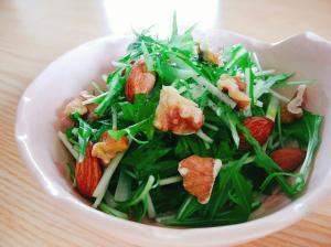 水菜とアーモンドとくるみのサラダ