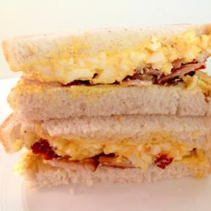 ベーコン卵サラダドライトマトのサンドイッチ
