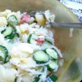 ポテトサラダに玉ねぎを入れてピリ辛にしあげました。
