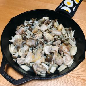 【スキレットで】旨味たっぷり!地鶏ときのこの炒め物