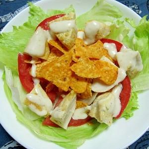 チキンとドリトスとトマトのサラダ