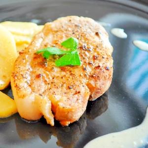 イベリコ豚ステーキ リンゴのブルーチーズソース添え