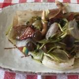 焼き豚と豆苗レタスしめじ玉ねぎのバルサミコ酢炒め