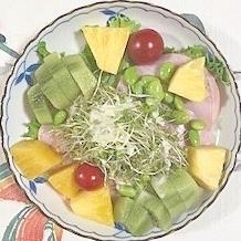 リーフレタス 、ロースハム、枝豆、キウイのサラダ