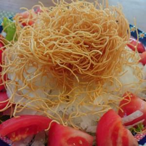 新玉ねぎ(オニオンスライス)と揚げ麺のサラダ♪