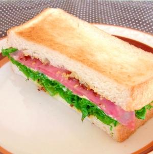 わさび菜とビアソーセージの大人サンド
