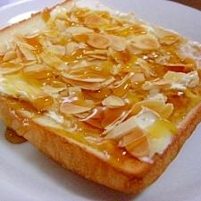 クリームチーズとスライスアーモンドのトースト