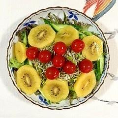 フリルレタスとキウイのサラダ