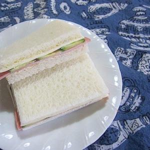 チーズときゅうりとハムのサンドイッチ