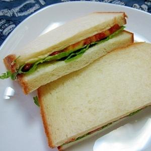 チーズとトマトとレタスのサンドイッチ