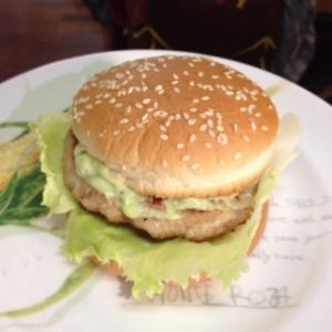 アボカドソースのハンバーガー