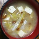 なめこと白菜と豆腐のお味噌汁