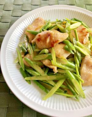 鶏むね肉とにんにくの芽のしょうゆ炒め
