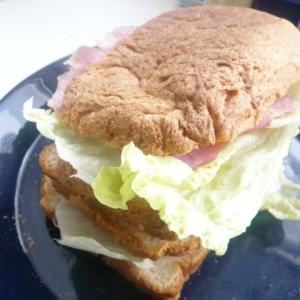 豪華な3段ハム・レタス・きゅうりサンドイッチ