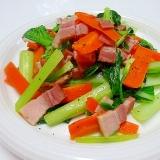 彩りの一品☆小松菜とにんじんのベーコンソテー