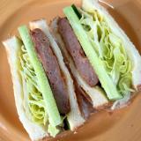 ハンバーグときゅうりのサンドイッチ