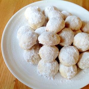 クルミ入りのバニラスノーボールクッキー