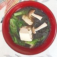 わさび菜、木綿豆腐、ブナシメジ、ふのりのお味噌汁