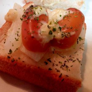 玉ねぎとスモークチーズのミニトースト