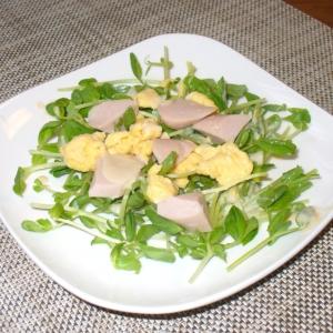 豆苗サラダ♪魚肉ソーセージとスクランブルエッグ添え
