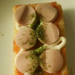 魚肉ソーセージと塩トマトのトースト