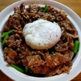 半熟卵のせ小松菜と焼き肉の丼