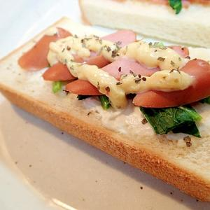 クリームチーズとほうれん草とウインナーのトースト