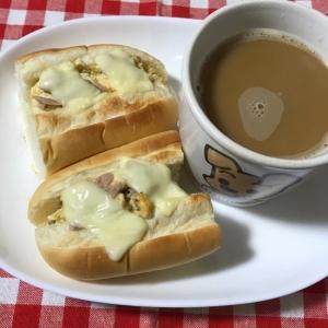 ツナと豆腐卵チーズの炒り付けでチーズドッグパン