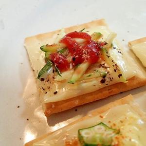 マヨ/ケチャ/ペッパーで チーズと胡瓜のクラッカー