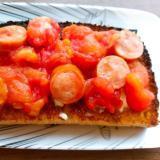 トマトとウインナーのケチャップ炒めトースト