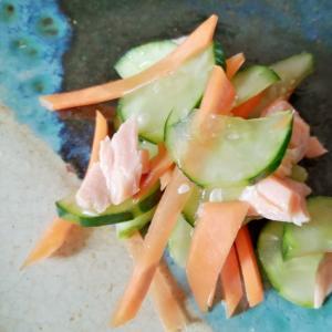 きゅうりとにんじんと鮭の和え物