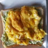 とろとろエッグチーズとアボカドのトースト