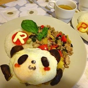 お買いものパンダと小パンダのカラフルガパオライス♪