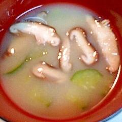 きゅうりと椎茸の味噌汁