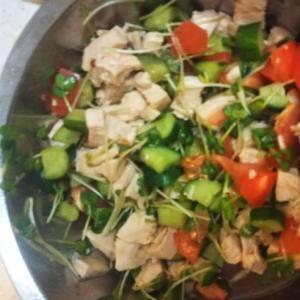 サラダチキンと角切り野菜のあっさりサラダ