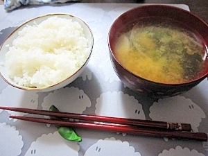 和朝食!玉ねぎとワカメと青ネギのお味噌汁♪