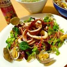蒸した魚介と蕎麦の芽のバルサミコ醤油サラダ