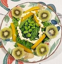 リーフレタス 、パプリカ、枝豆、キウイのサラダ