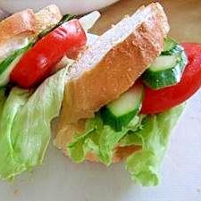 バジルソースで野菜たっぷりサンド