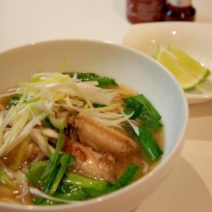 ベトナム料理 チキンフォー 香草と共に