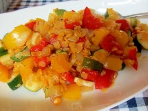 レンズ豆、パプリカ、ズッキーニのサラダ