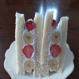 イチゴとバナナのサンドイッチ